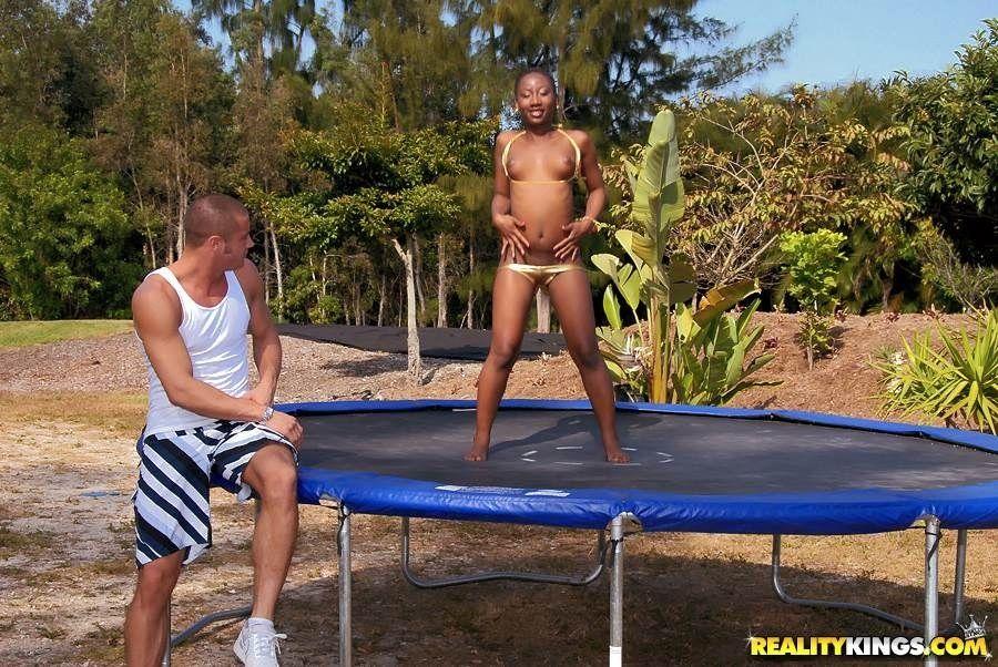Возбужденная негритянка с круглой попой Kenya Sweetz наскакивает на огромный член белого парня
