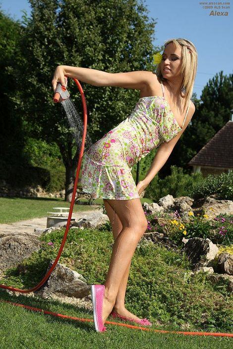 Девушка на природе подняла юбку и делает клизму в жопу