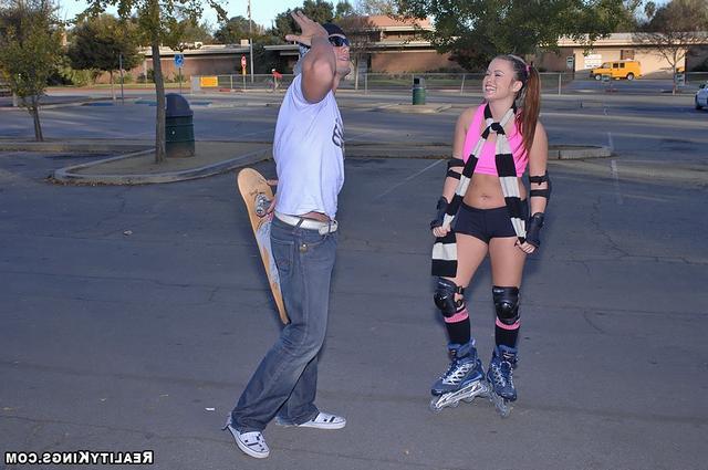 Грудастая красавица Кэйси катается на члене скейтера