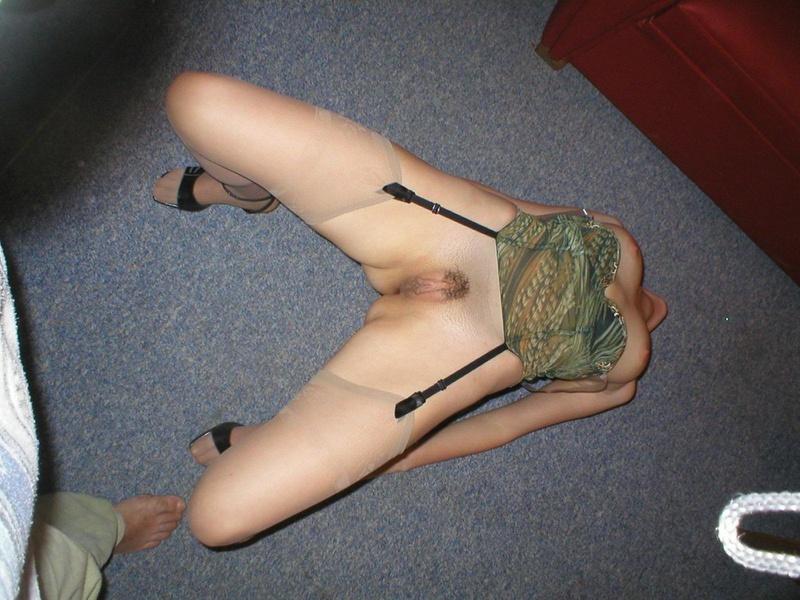 Пластичная девушка трахает себя в жопу дилдо