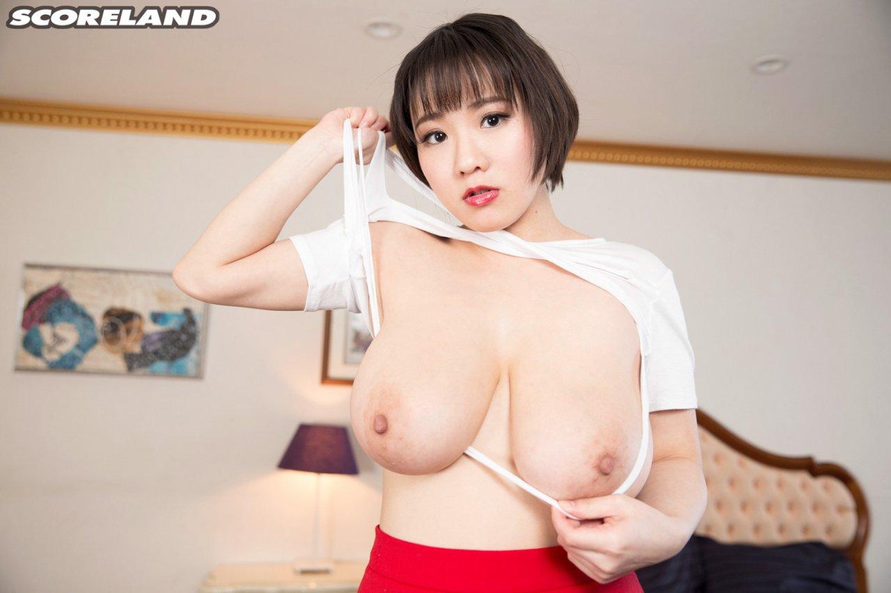 Сисястая японочка измеряет грудь