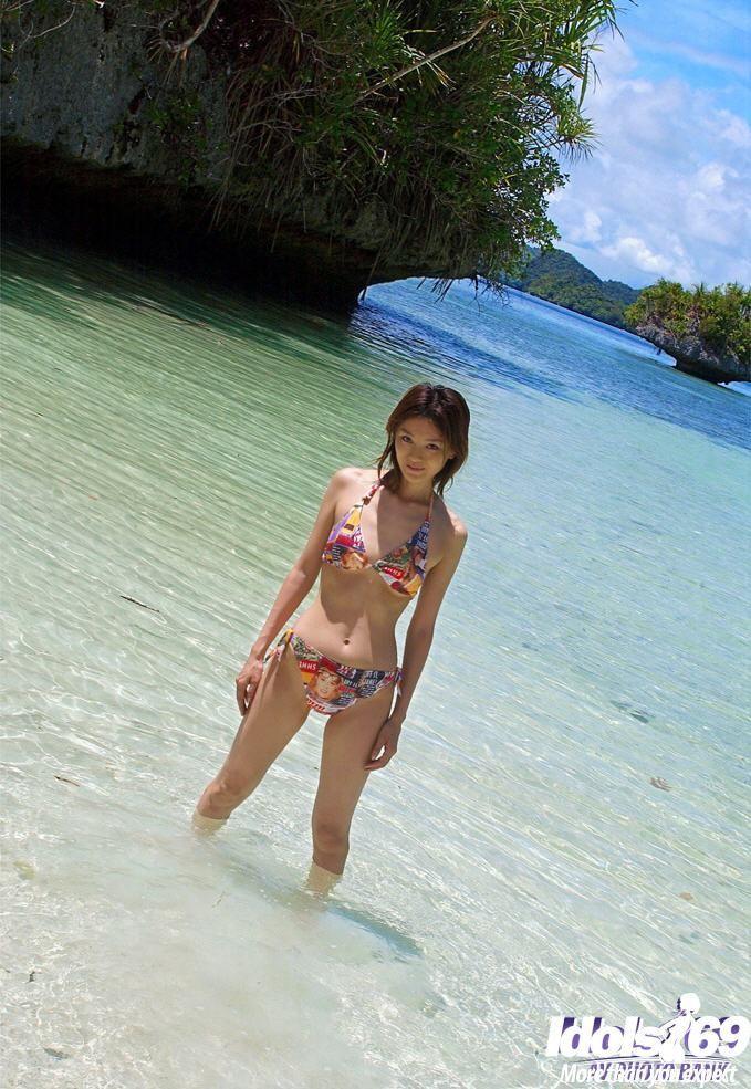 Выйдя из воды красивая азиатка сняла бикини