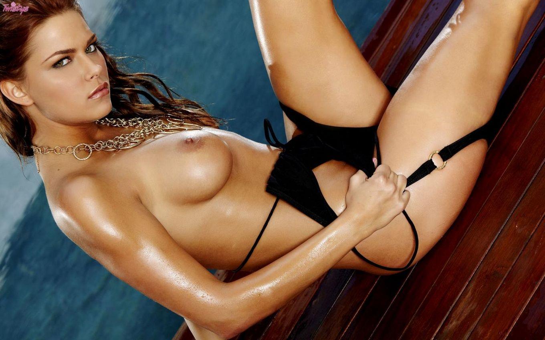 Длинноногая богиня Meggan Mallone с сексуальным скользким телом снимает черный купальник
