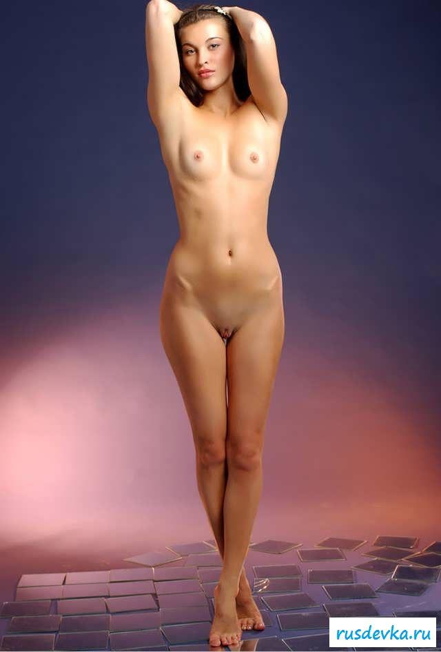 Обнаженная без бюстгальтера девчушка с маленькой грудью (15 фото эротики)