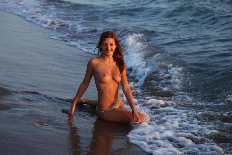 Очаровательная блондинка Anna Tatu снимает свое бикини и показывает свою стриженную киску у моря