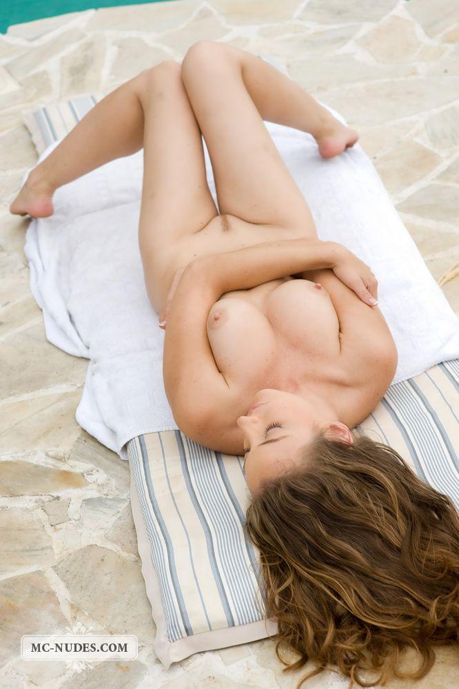Посмотрите как сексуальная детка Judith Fox снимает свое бикини, открывая нам свое обнаженное тело