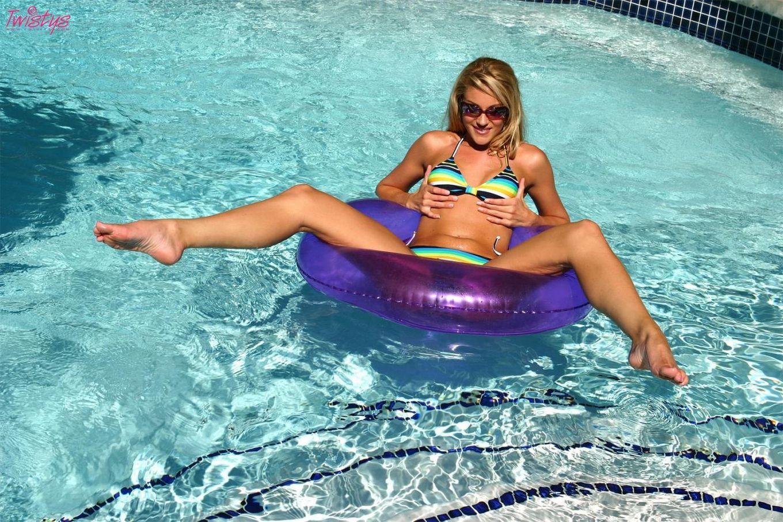 Samantha Ryan в бикини и солнечных очках, показывает свою щелку в бассейне