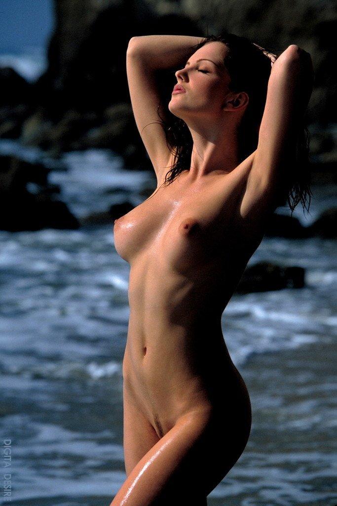 Снимая розовое бикини Sandra Shine показывает подстриженную полоску темных лобковых волос