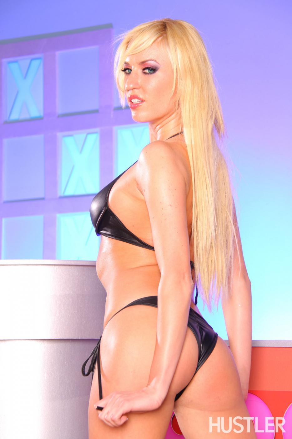 Высокая блондинка Victoria White с бритой киской позирует в высоких сапогах и бикини из латекса