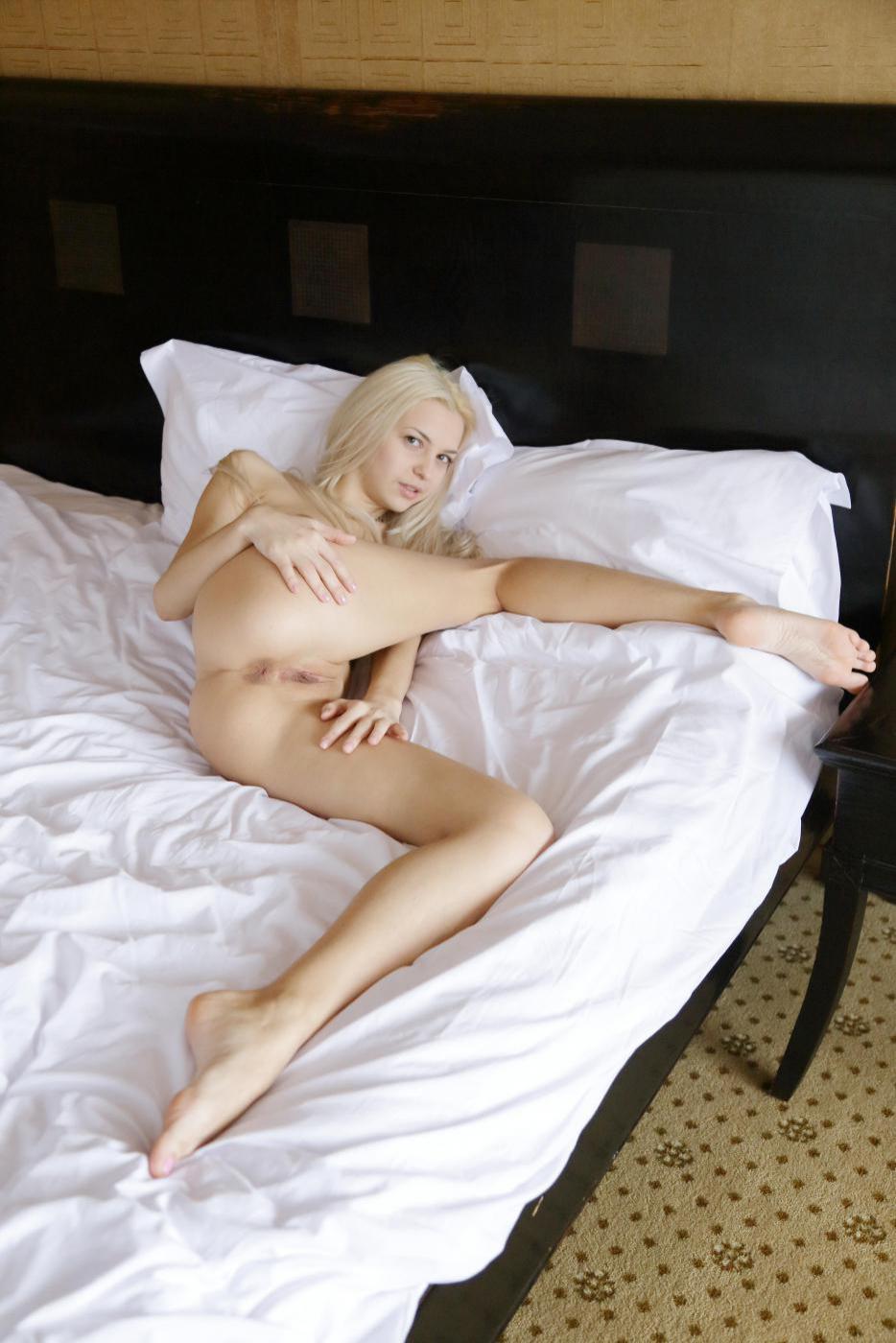 Блондинка с маленькими сиськами и бритой киской - Vika D, демонстрирует горячее голое тело