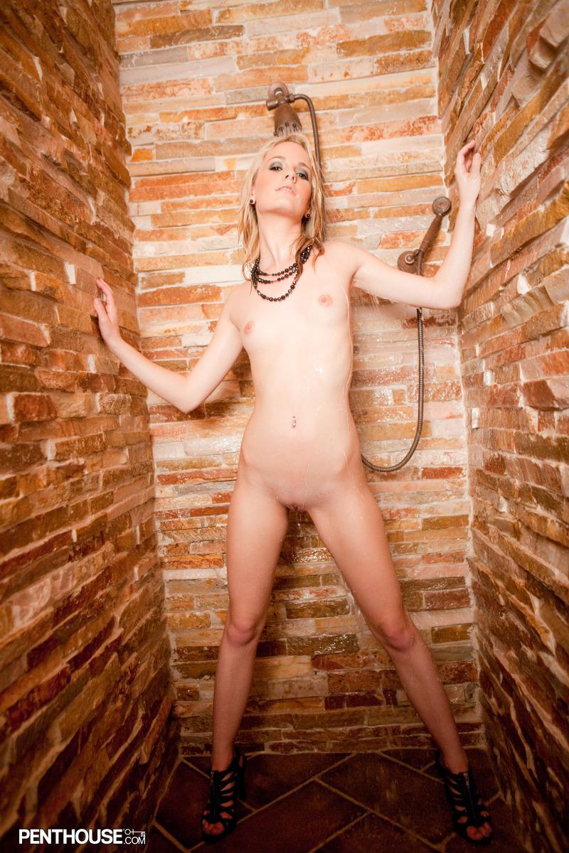 Блондинка Sara James не против принять душ перед камерой