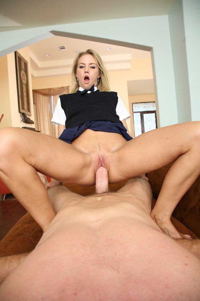 Блондинка в униформе Sophia Lynn с милой лысой киской прыгнула на толстый хуй