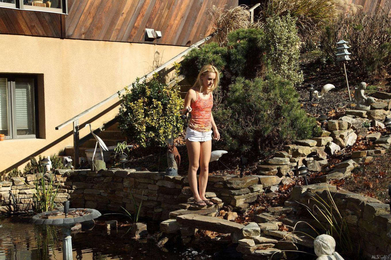 Чувственная красотка-блондинка Sara James показывает классную бритую киску на рыбалке