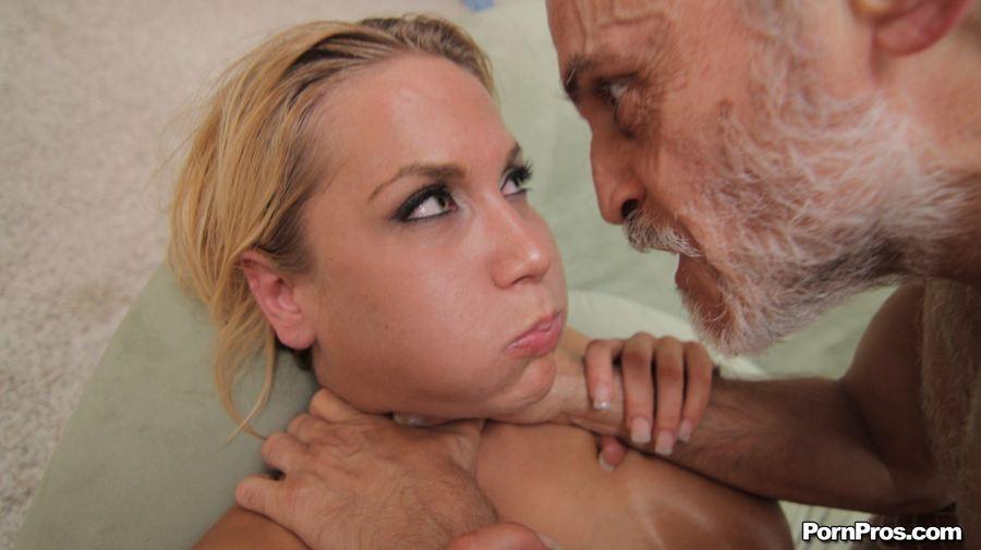 Девушка с большими титьками подрочила старику