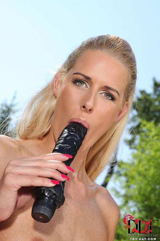 Горячая блондинка Chelsey Lanette снимает одежду у бассейна и играет с собой