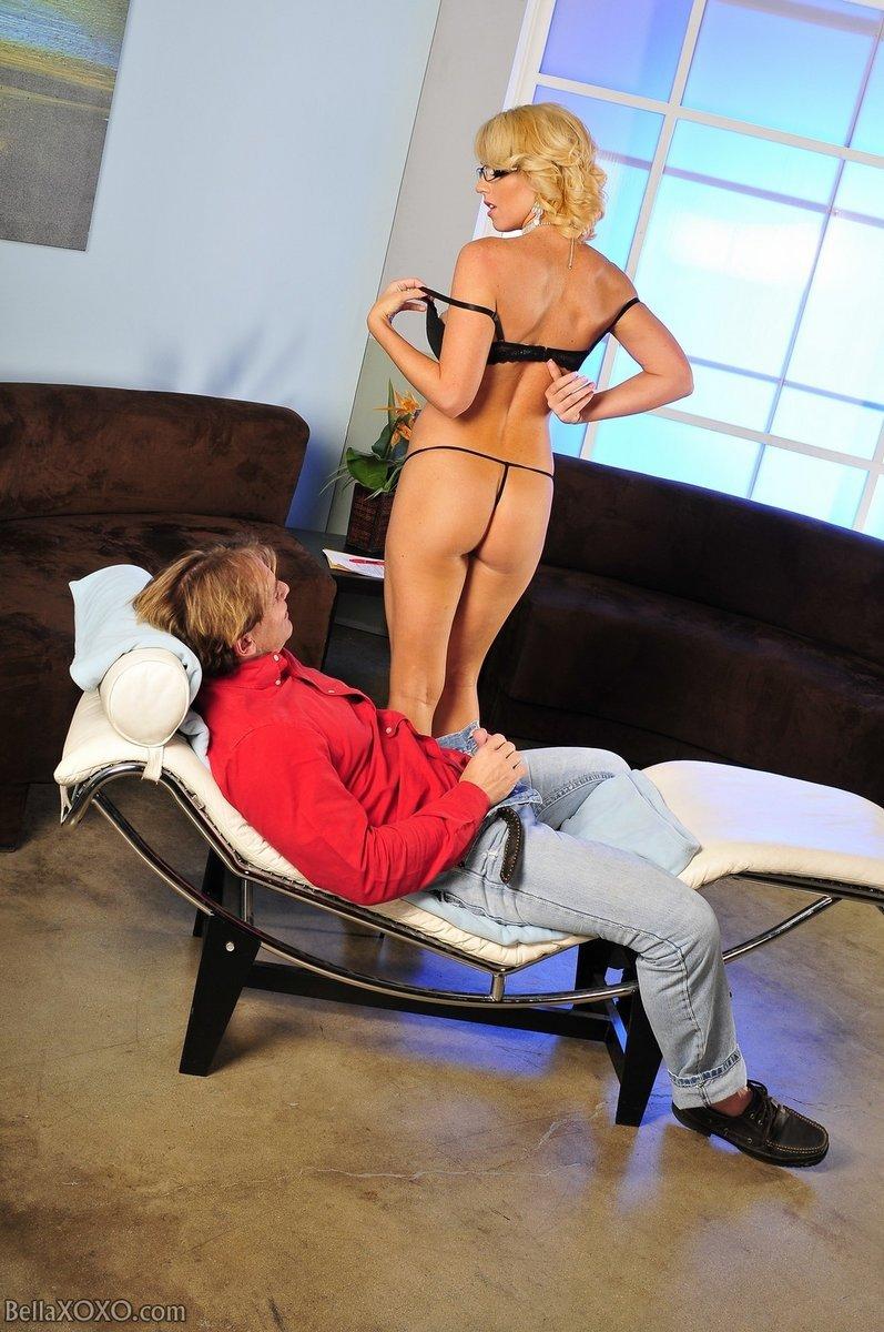 Горячая блондинка Nikki Anne сосет парню и отдается ему