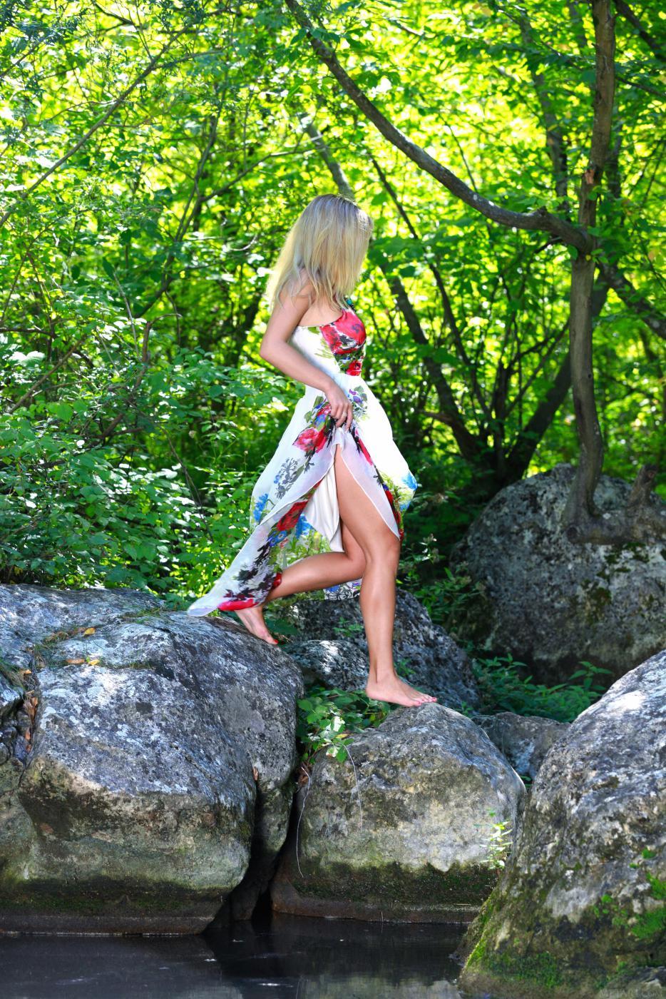 Горячая блондинка Valeri B обнажается на природе и показывает свои упругие сиськи и бритую киску