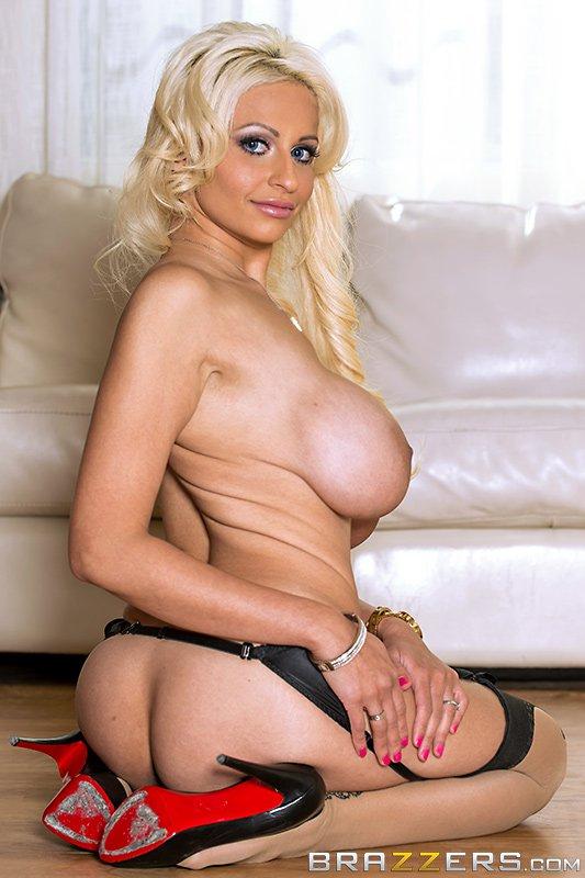 Грязная блондинка Holly Brooks дает члену трахнуть свой ротик и между больших грудей