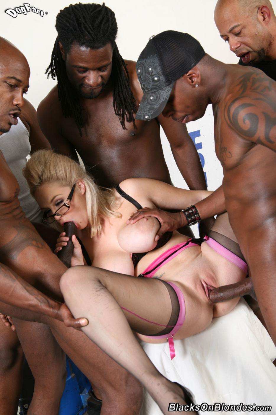 Грудастая блондинка Katie Kox трахается с кучей черных членов, невозможно сосчитать