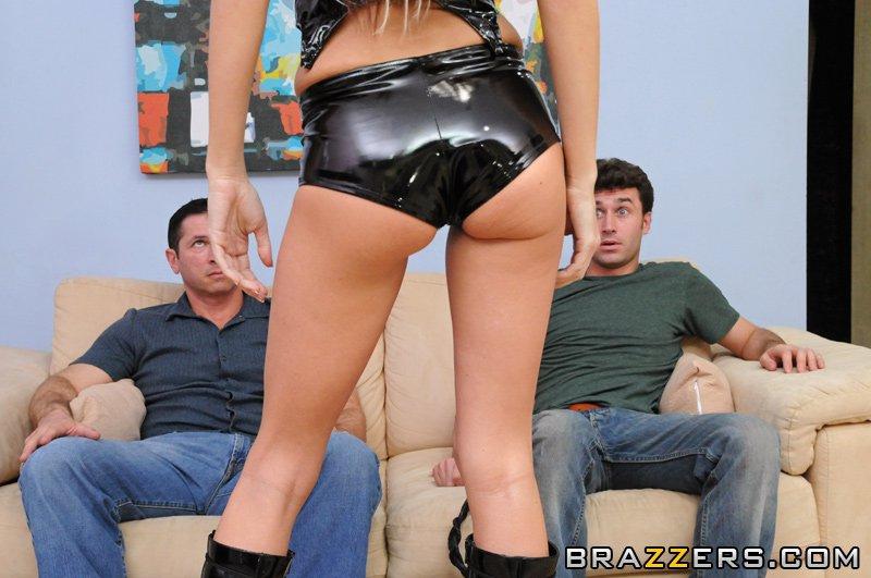 Грудастая сучка-блондинка на черных каблуках Riley Evans трахается с двумя