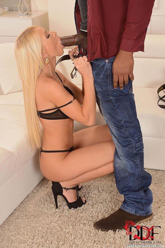 Идеальная блондинка Kiara Lord занимается межрасовым сексом