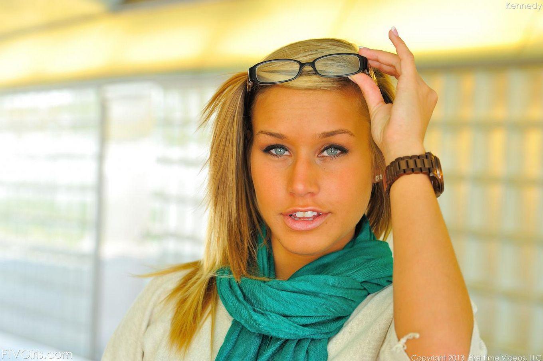 Милая блондинка Kennedy Leigh знает как хорошенько раздразнить