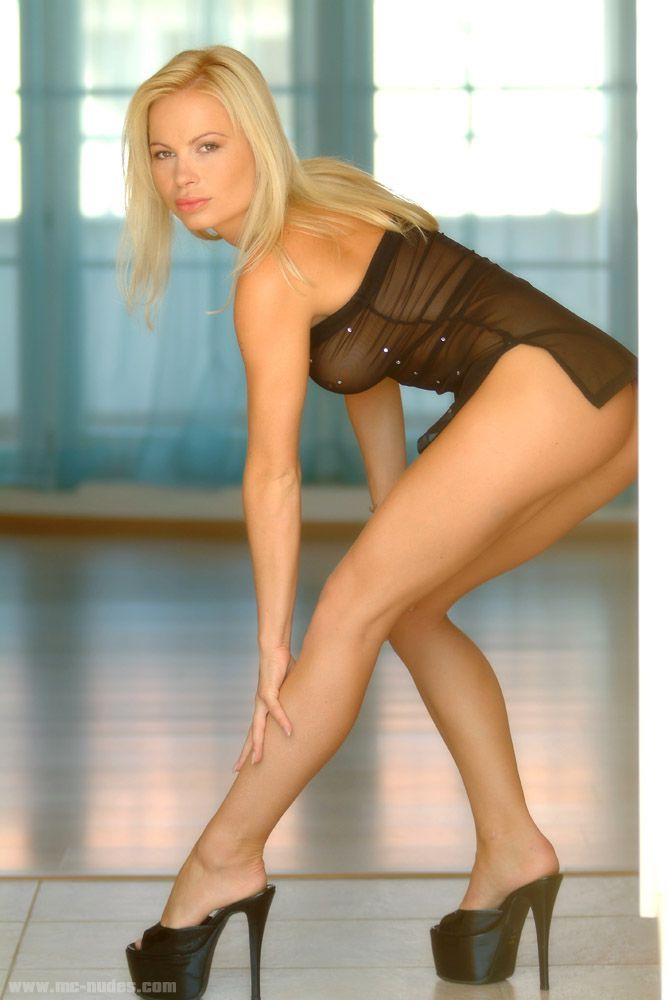 Невероятная блондинка Katka Mcnudes показывает настоящий профессионализм и очень возбуждающе танцует