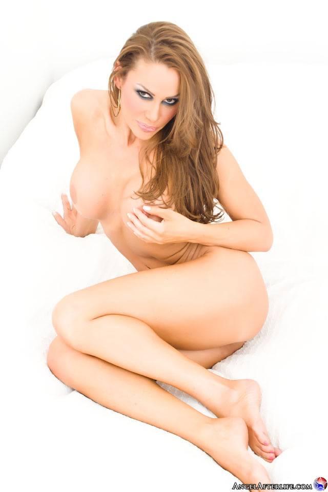 Нежная грудастая блондинка в возрасте Sky Taylor раздевается и выставляет напоказ свое тело без всякого стеснения