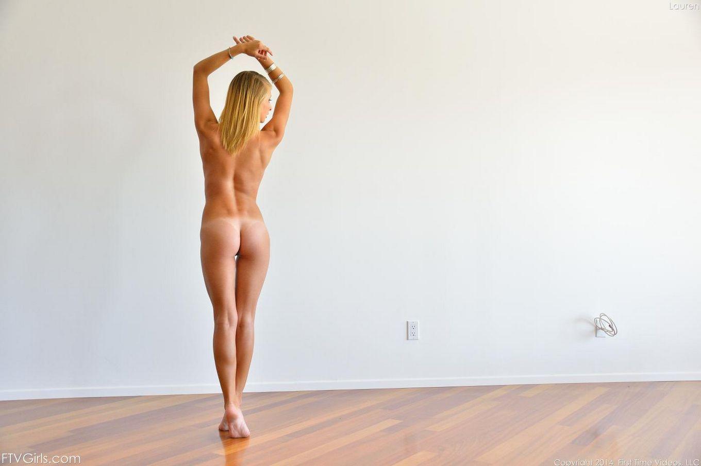 Похотливая блондинка Lauren Clare абсолютно голая на дороге