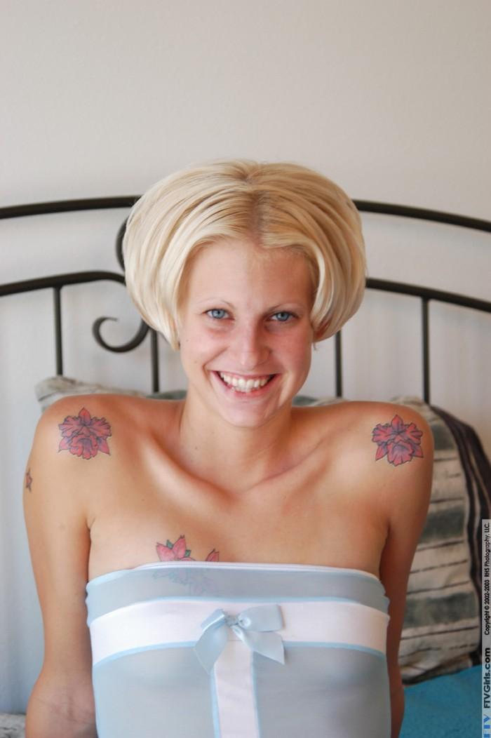 Сексуальная блондинка с тату Ryan Star в голубом белье засовывает 4 пальца в свою киску