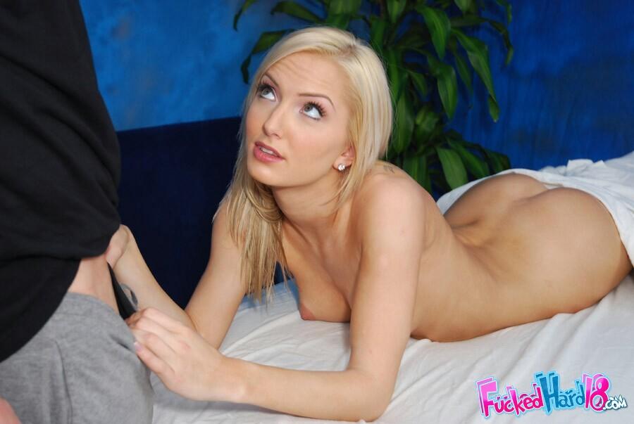 Стройная блондинка-подросток в джинсах Taylor Tilden раздевается в массажной комнате и занимается сексом