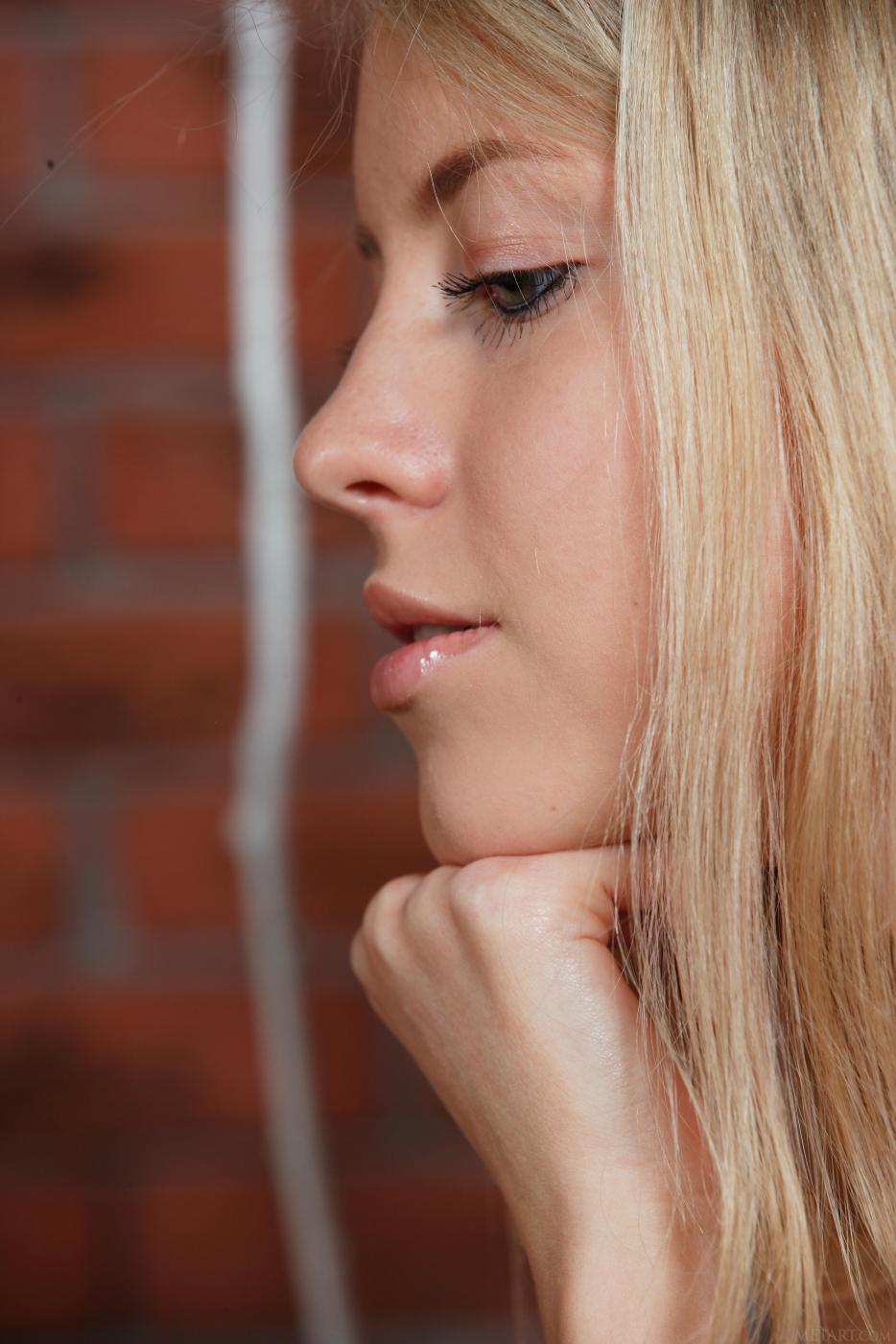 Великолепная блондинка Barbara D с отличными сиськами и выбритой киской эротично дразнится
