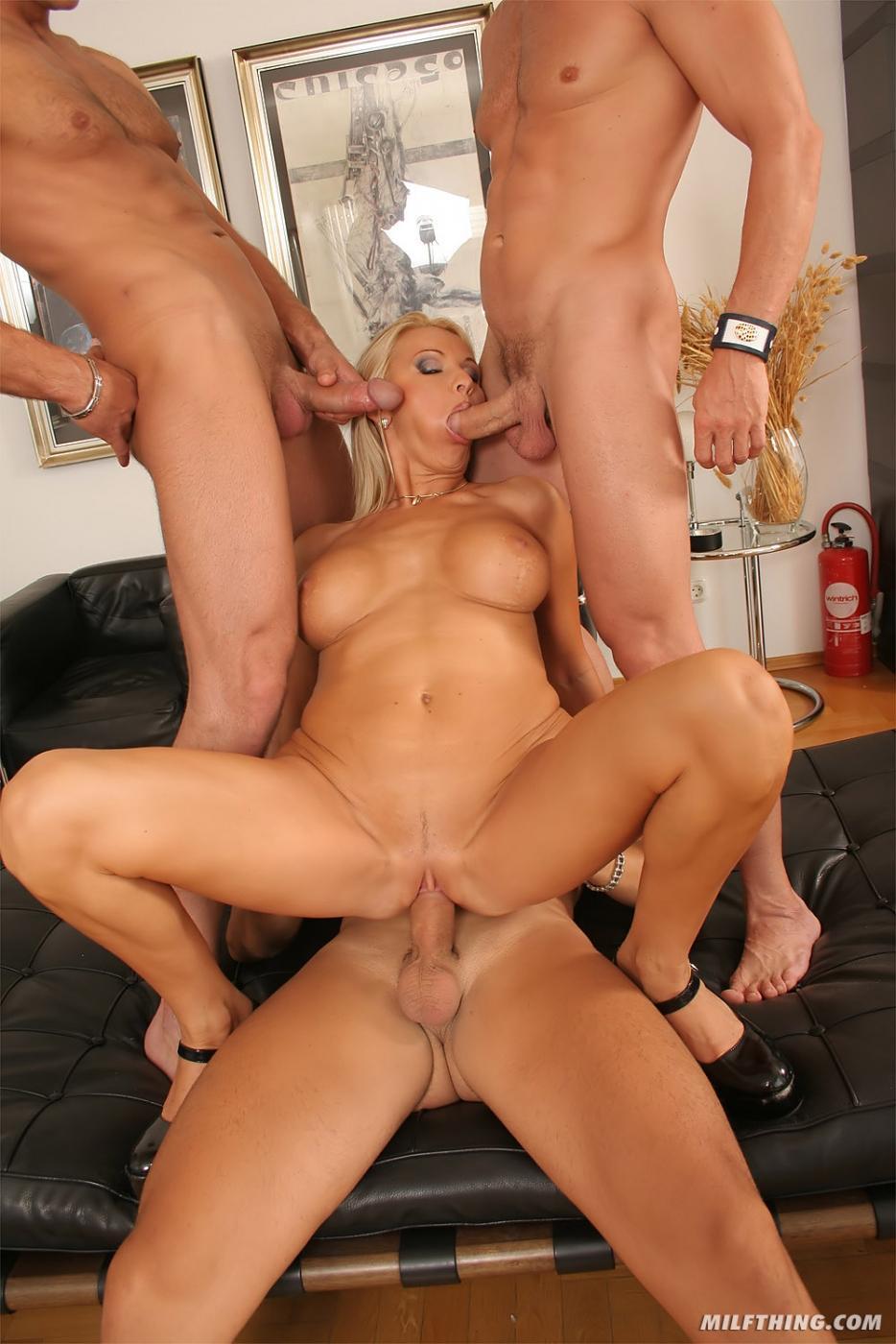 Зрелая блондинка Winnie трахается с тремя жилистыми членами