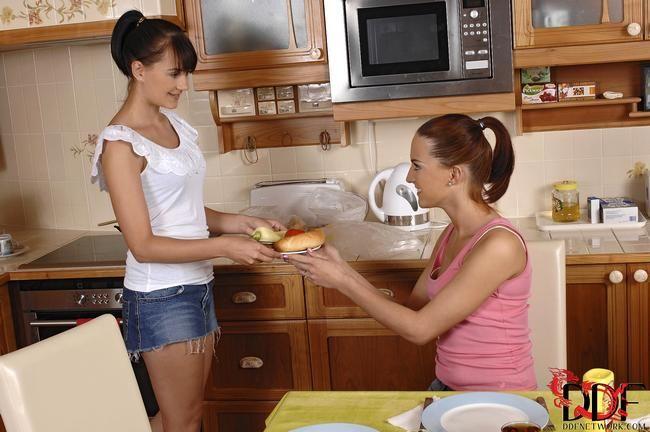 Девушки целуются и делают минет парню на кухне