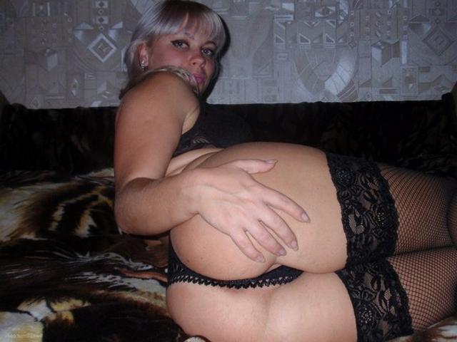 Искушенная женщина сосет член и раздвигает ноги