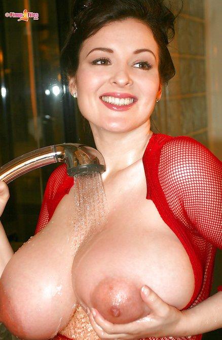Аппетитная дама поливает водичкой свои большие буфера