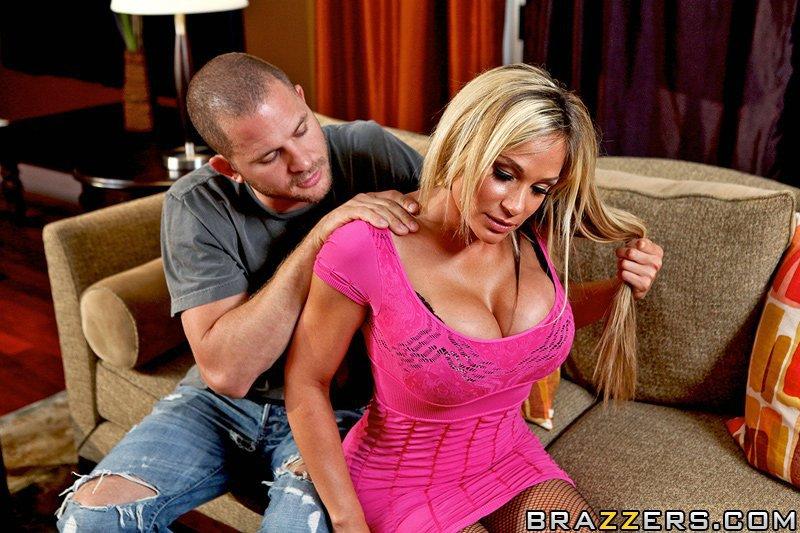 Грудастая мамаша Tyler Faith берет его в свою киску после того, как снимает свое розовое платье и черное белье