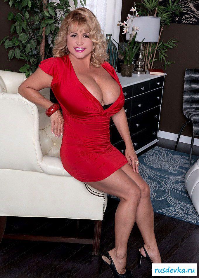 Грудастая женщина в красном эффектно раздевается