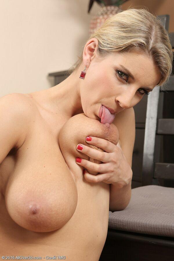 Катерина Хартлова с большой натуральной грудью позирует обнаженной