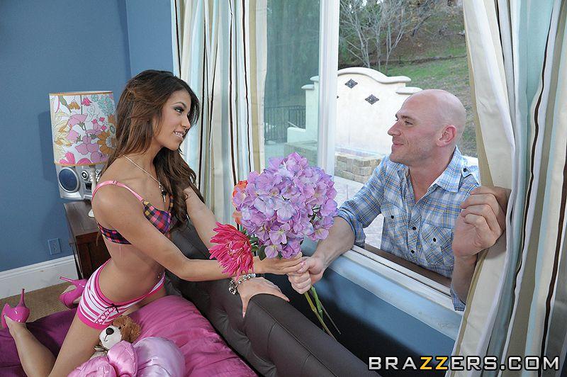 Латинка с маленькими сиськами в розовых туфлях Veronica Rodriguez принимает большой любовный снаряд в свою киску