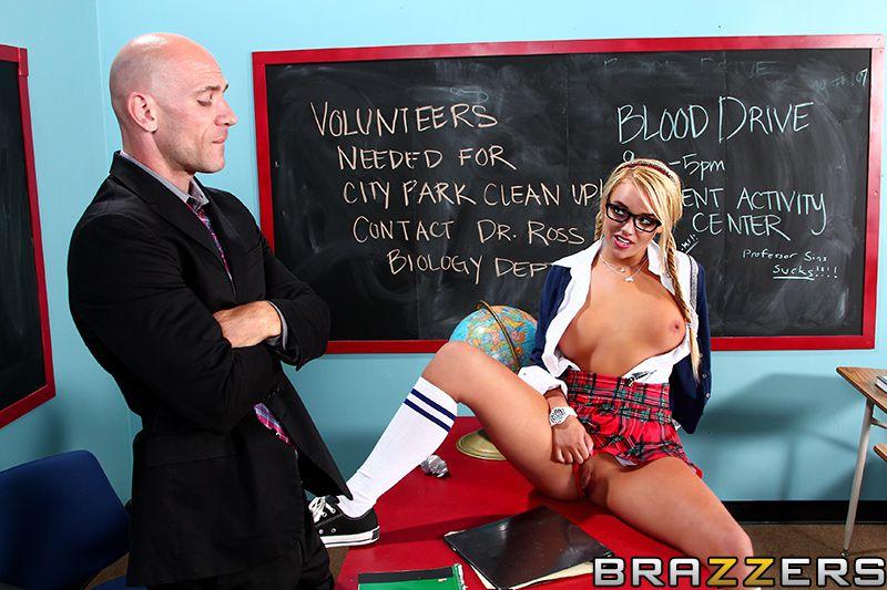 Раскачивающиеся большие сиськи Alexis Monroe показывает их во время анального секса
