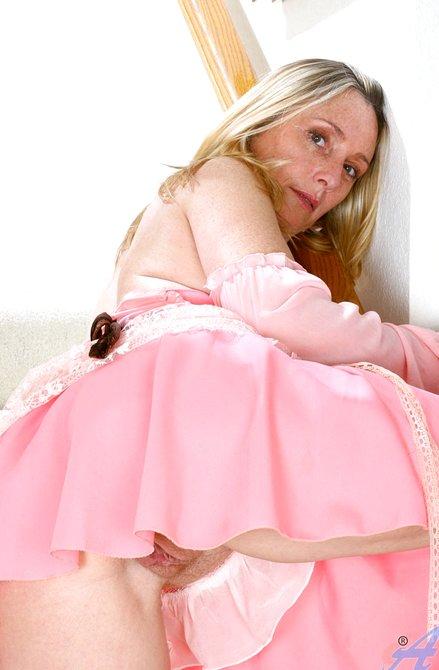 Рыжая небритая вагина жены крупным планом на лестнице