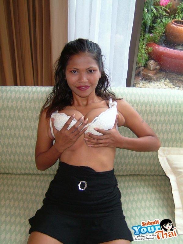 Тайская проститутка ублажает европейца ртом и сиськами