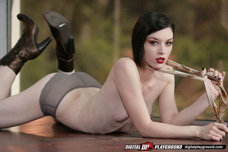 Брюнетка-извращенка с классным телом Stoya играет с твердым членом и доводит мужика до мощного оргазма
