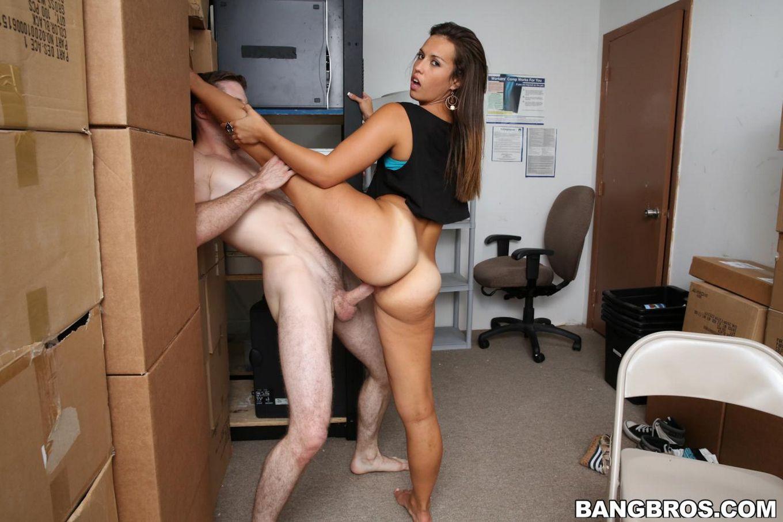 Брюнетка Kelsi Monroe трахается и получает сперму на лицо