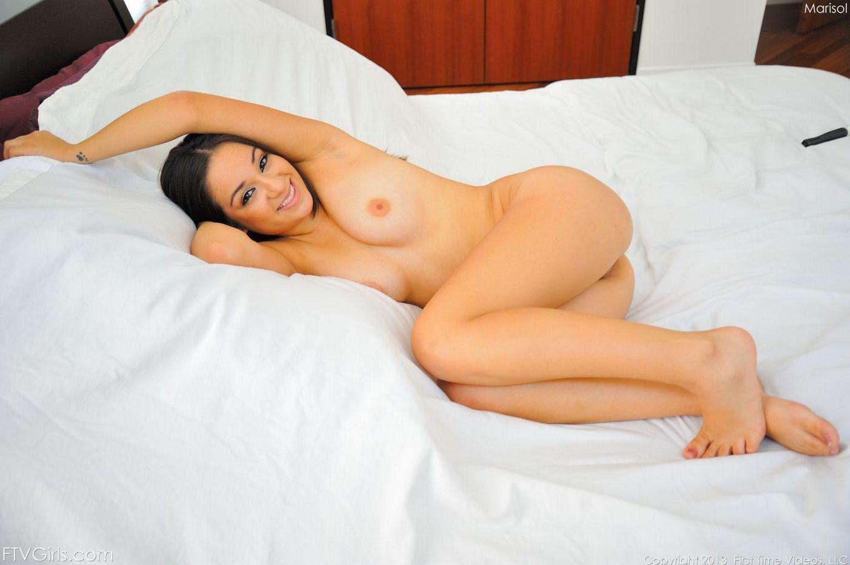 Брюнетка-подросток Marisol FTV выглядит такой счастливой лежа с дилдо внутри киски