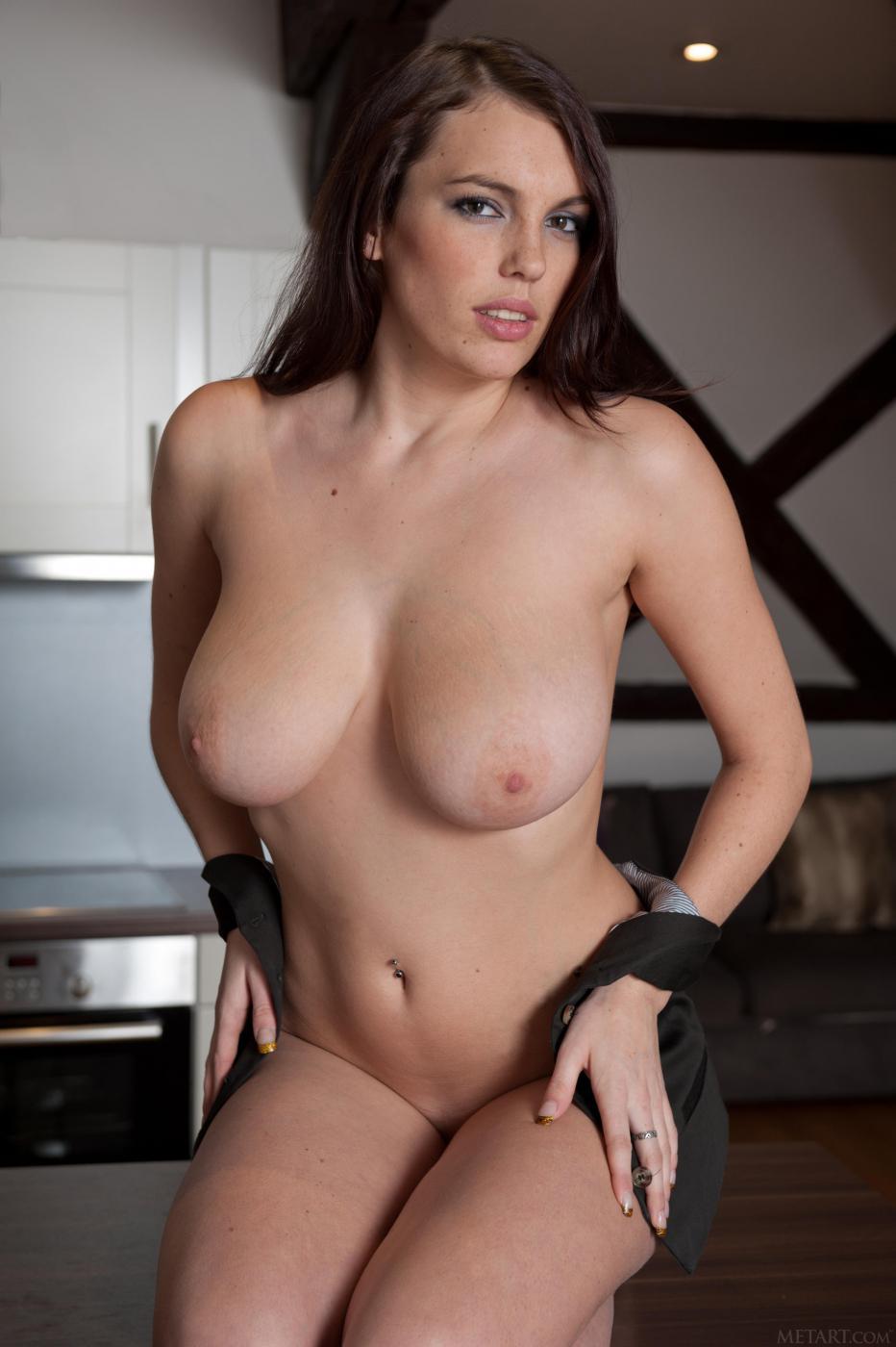 Брюнетка-подросток с раздвинутыми ножками и бритой киской Samantha Boobs играет со своей большой грудью