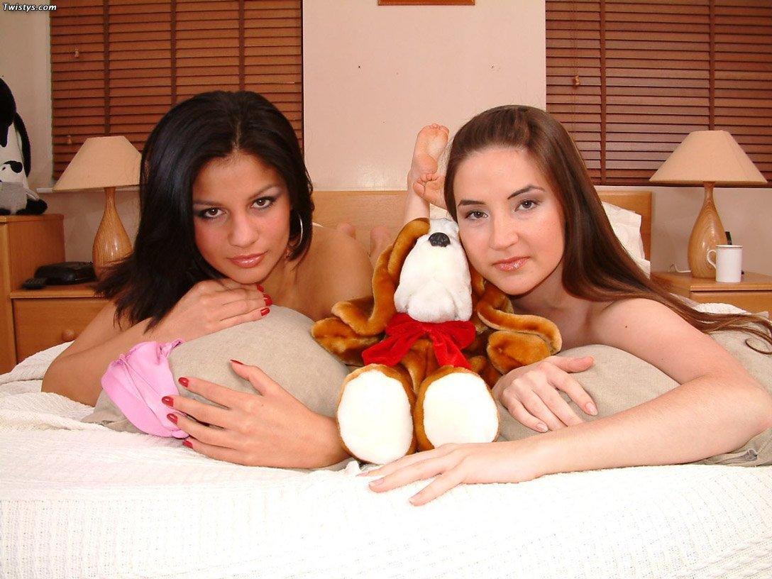 Брюнетка Zuza откровенно позирует без верха и развлекается со своей подружкой Alexa Popnik на кровати