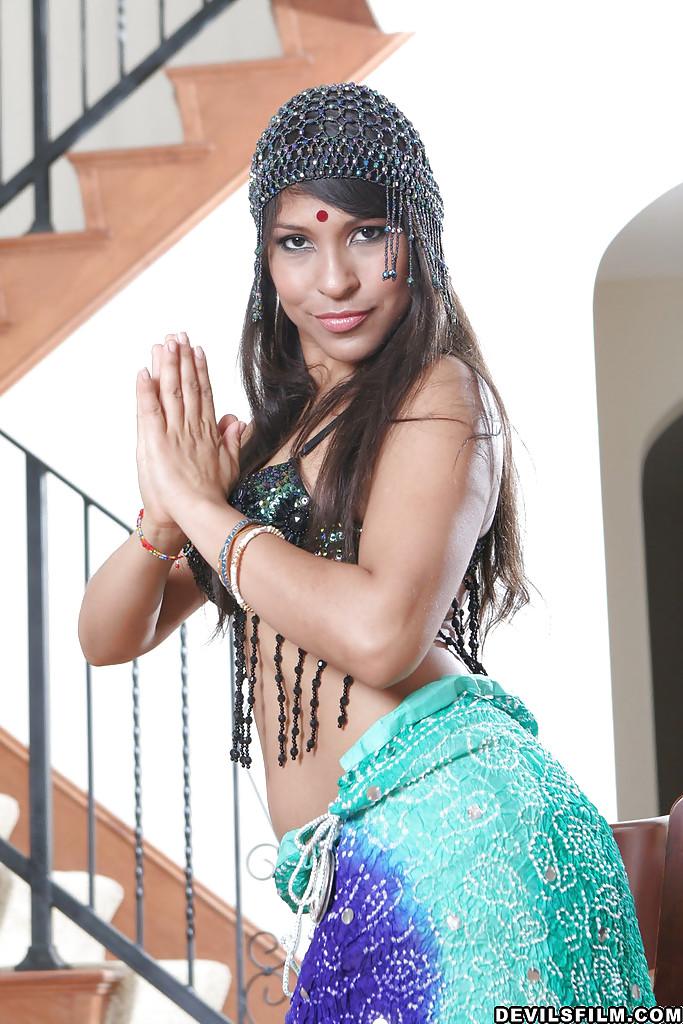 Индианка репетируя танец, показывает голые титьки