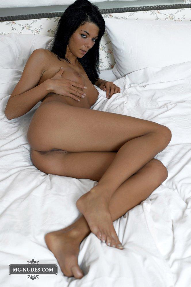 Когда брюнетка Nina Mcnudes раздевается на кровати, ее киску может оценить любой